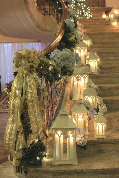 Christmas staircase decoration with lanterns #Christmasdecor #staircase #stairs #stairway #Christmas #decorhomeideas
