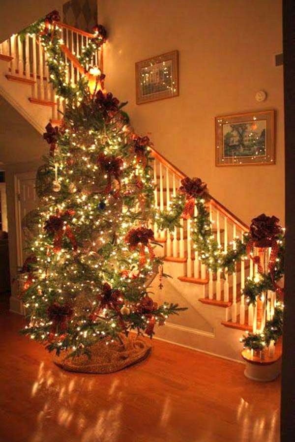 Christmas staircase decoration with warm colors #Christmasdecor #staircase #stairs #stairway #Christmas #decorhomeideas