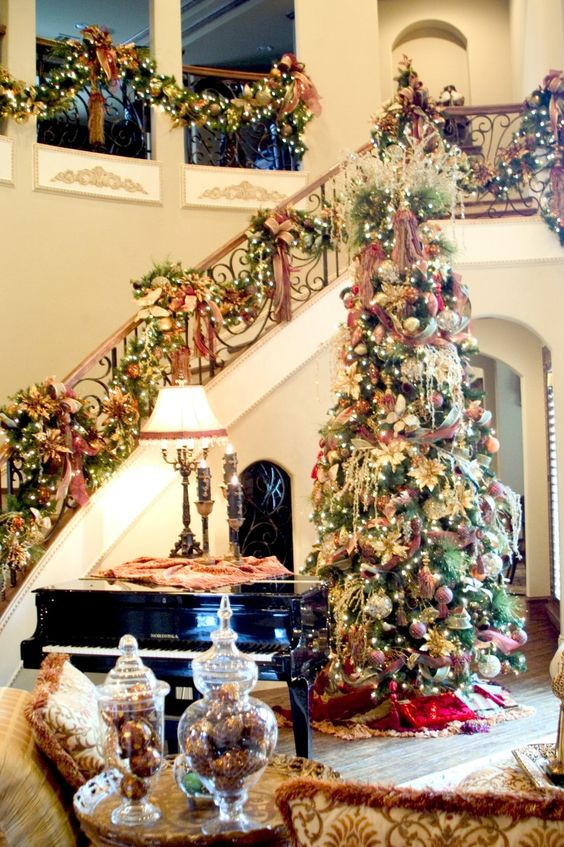 Christmas staircase decoration with piano accent #Christmasdecor #staircase #stairs #stairway #Christmas #decorhomeideas