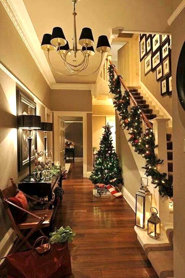 Christmas stairs and hallway decor #Christmasdecor #staircase #stairs #stairway #Christmas #decorhomeideas