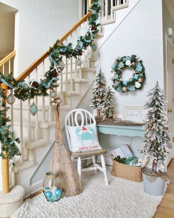 Christmas stairs decorated in coastal theme #Christmasdecor #staircase #stairs #stairway #Christmas #decorhomeideas