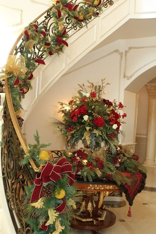 Christmas stairs decoration #Christmasdecor #staircase #stairs #stairway #Christmas #decorhomeideas