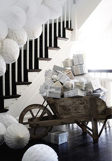 Farmhouse Staircase White Christmas Decoration #Christmasdecor #Christmas #white #whitechristmas #decorhomeideas