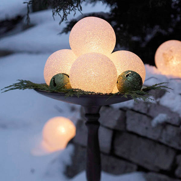 Glowing Globes Centerpiece #Christmasdecor #Christmas #outdoor #decorations #decorhomeideas