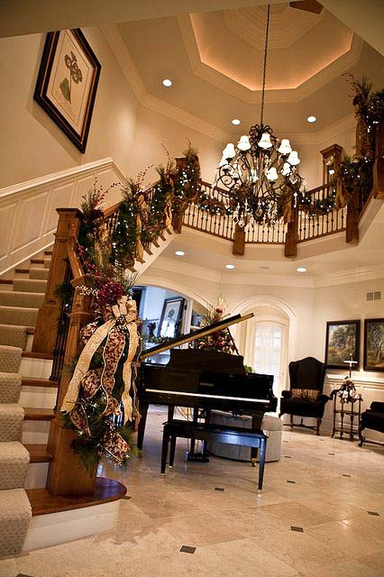 Gorgeous Christmas Staircase Decoration #Christmasdecor #staircase #stairs #stairway #Christmas #decorhomeideas
