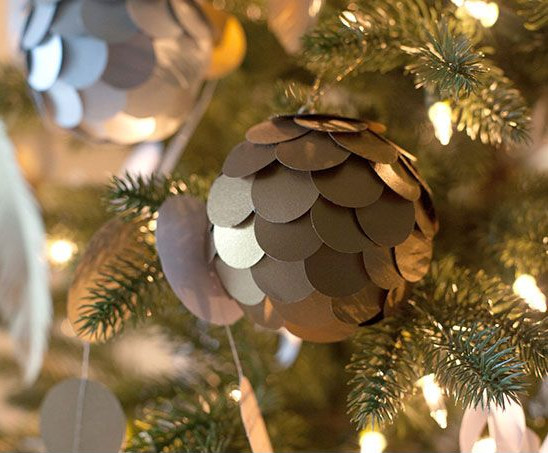 Metallic Paper Ball Ornaments #Christmas #Christmasdecor #budget #diy #decorhomeideas