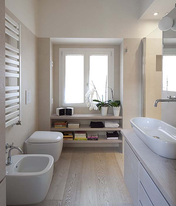 Narrow Bathroom With Under Window Shelves #bathroom #narrow #narrowbathroom #decorhomeideas