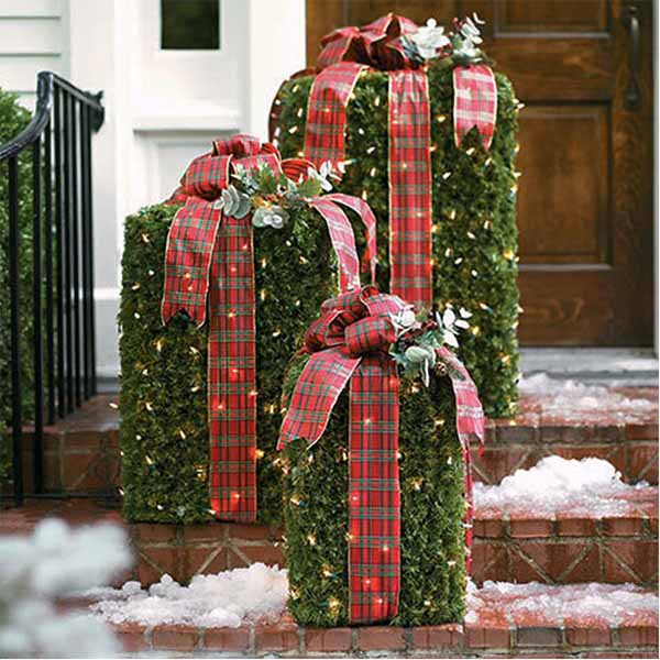 Outdoor Greenery Gift Boxes #Christmasdecor #Christmas #outdoor #decorations #decorhomeideas