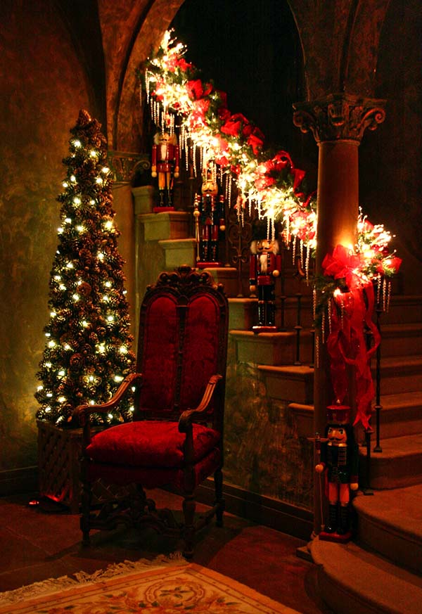 Santa Claus Staircase Decoration #Christmasdecor #staircase #stairs #stairway #Christmas #decorhomeideas