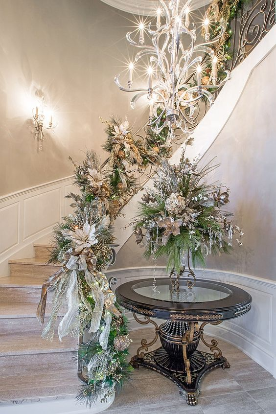 Silver and Gold Christmas Staircase Decoration #Christmasdecor #staircase #stairs #stairway #Christmas #decorhomeideas