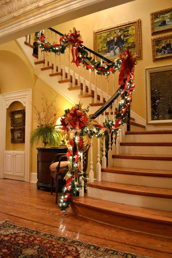 Simple Christmas Staircase Decoration #Christmasdecor #staircase #stairs #stairway #Christmas #decorhomeideas