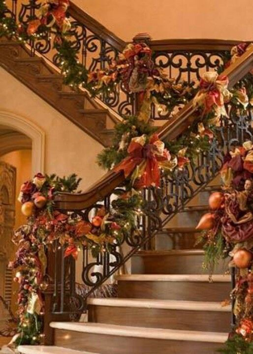 Tuscany Styled Christmas Stairs Decor #Christmasdecor #staircase #stairs #stairway #Christmas #decorhomeideas
