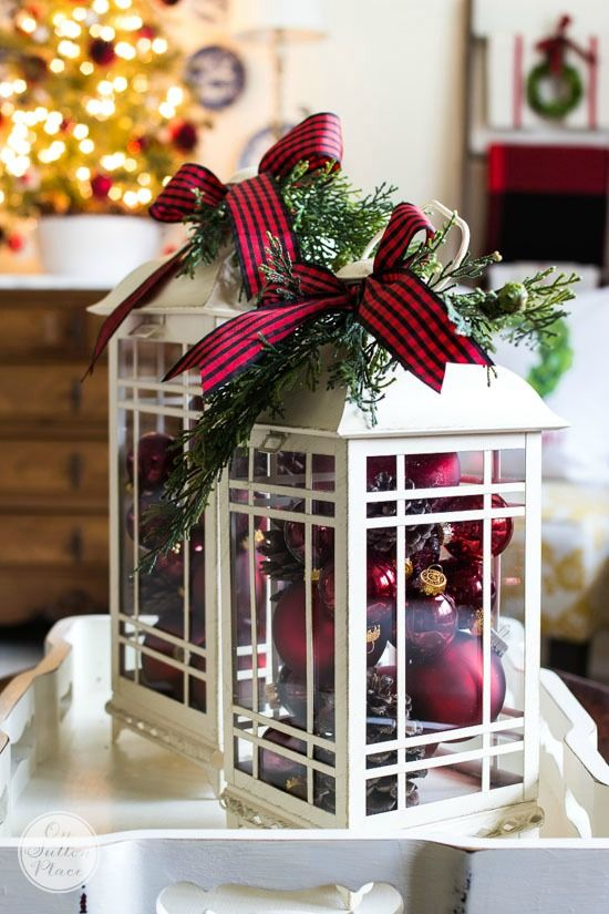 Twin Lanterns Christmas Centerpieces #Christmas #centerpieces #Christmasdecor #decorhomeideas