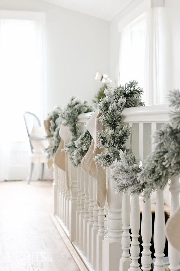 White Christmas Decorated Banister #Christmasdecor #Christmas #white #whitechristmas #decorhomeideas
