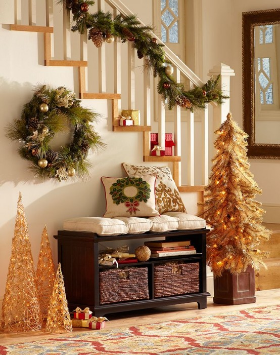 Christmas Entryway In Gold #Christmas #Christmasdecor #entryway #hallway #decorhomeideas
