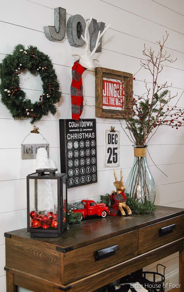 Christmas Rustic Entryway Decoration #Christmas #Christmasdecor #entryway #hallway #decorhomeideas