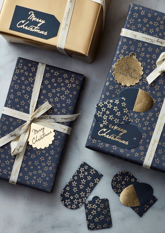Gold Navy Blue Christmas Gift Wrapping #Christmas #Christmasdecor #gold #navyblue #decorhomeideas