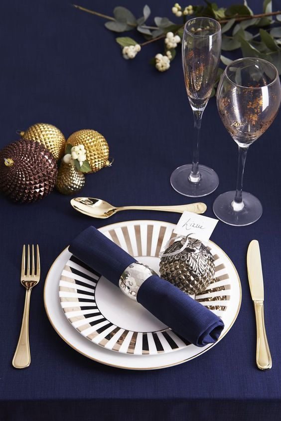 Gold and Navy Blue Christmas Table Setting #Christmas #Christmasdecor #gold #navyblue #decorhomeideas