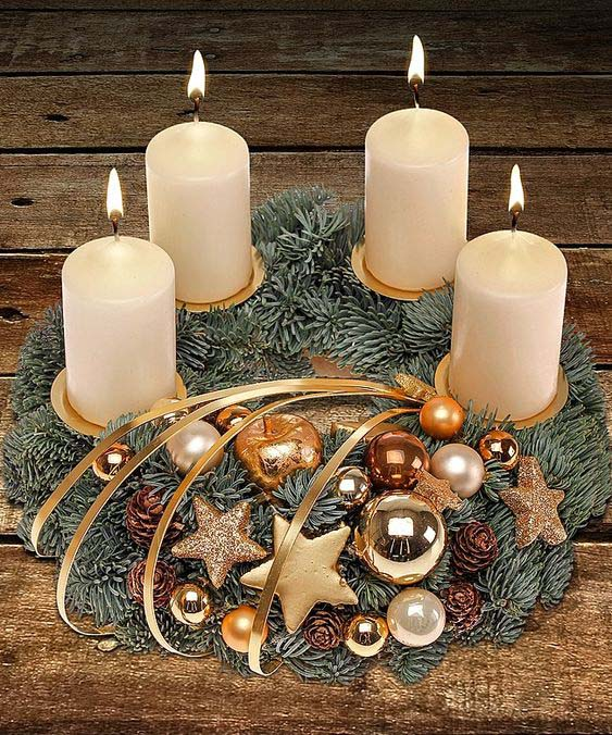Gold and brown Christmas candle decoration #Christmas #Christmasdecor #candles #centerpiece #decorhomeideas