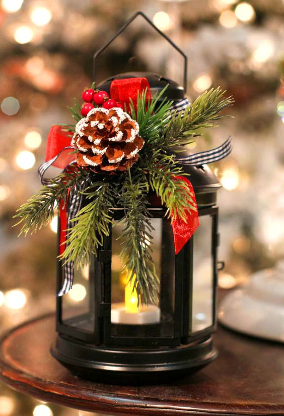 Lantern Christmas Centerpiece #Christmas #centerpiece #Christmasdecor #decorhomeideas