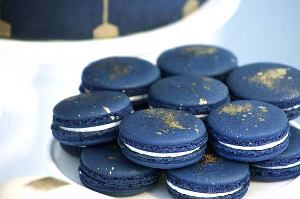 Navy Blue and Gold Christmas Macarons #Christmas #Christmasdecor #gold #navyblue #decorhomeideas