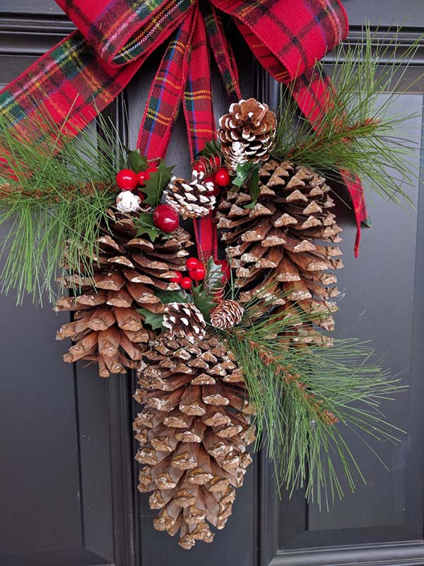 Pine Cone Christmas Front Door Decoration #Christmas #Christmasdecor #pinecones #crafts #decorhomeideas