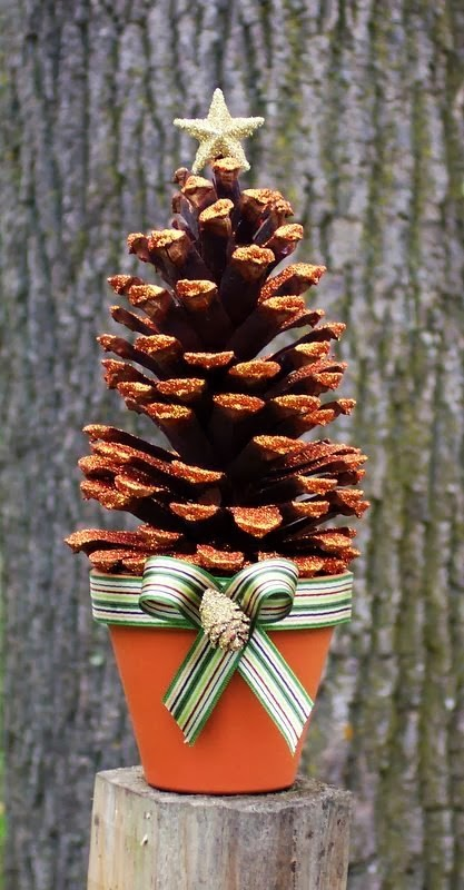Pine Cone Mini Christmas Tree #Christmas #Christmasdecor #pinecones #crafts #decorhomeideas