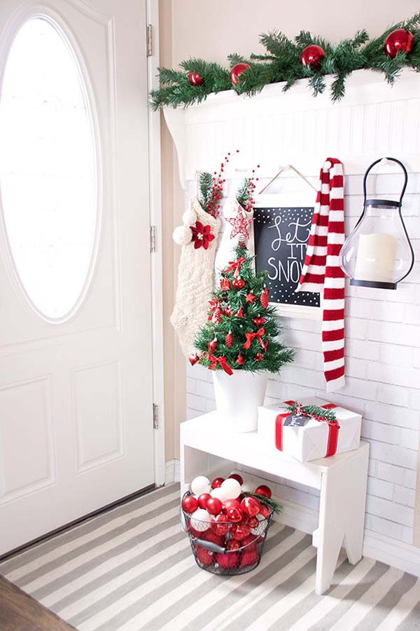 Red Christmas Decor Entryway #Christmas #Christmasdecor #entryway #hallway #decorhomeideas