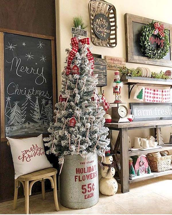 Rustic Christmas Decorated Entryway #Christmas #Christmasdecor #entryway #hallway #decorhomeideas