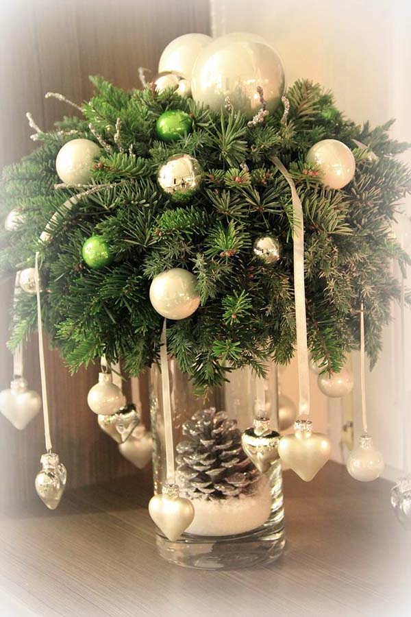 Rustic Greenery Christmas Centerpiece #Christmas #centerpiece #Christmasdecor #decorhomeideas