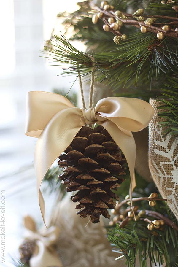 Simple Ribbon Pinecone Ornament #Christmas #Christmasdecor #pinecones #crafts #decorhomeideas
