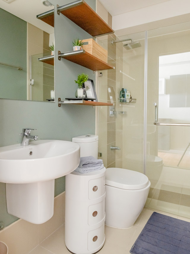 Bathroom in light tones, compact and with open shelves storage