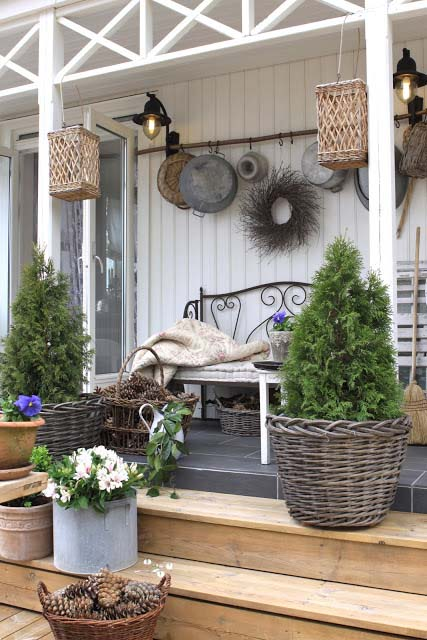 Farmhouse Rustic Flower Baskets Decor #farmhouse #rustic #porch #decor #decorhomeideas
