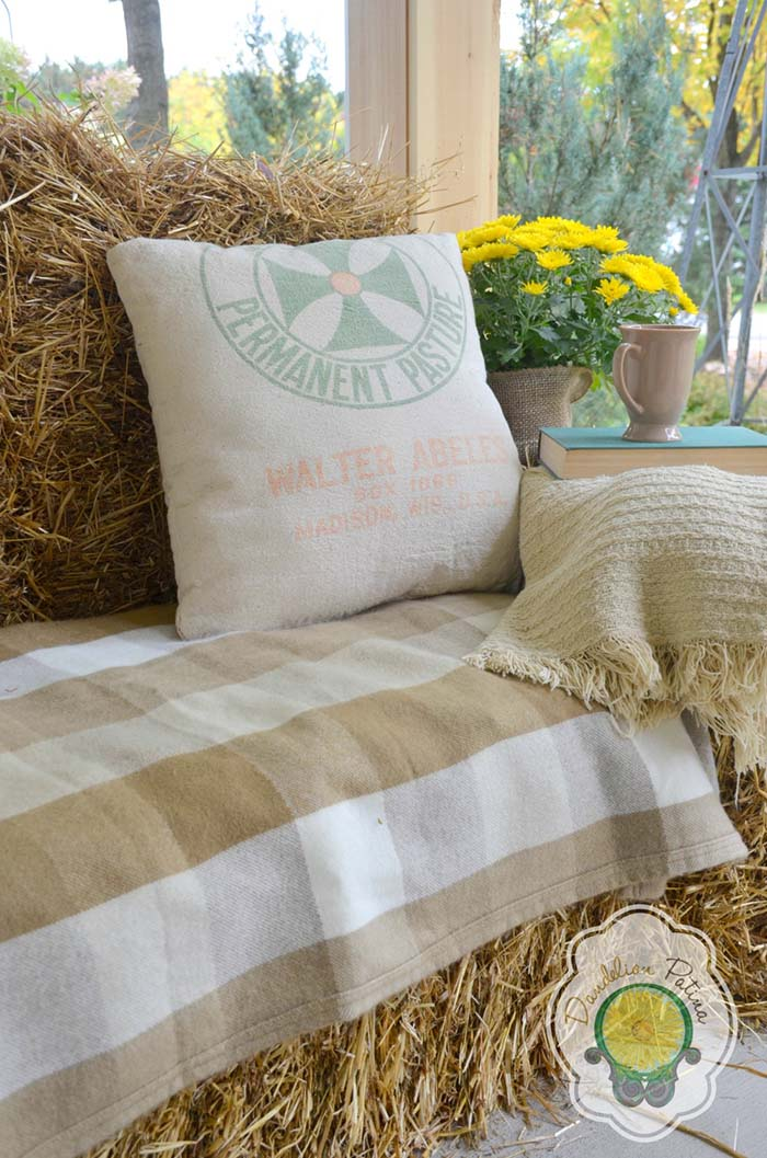 Hay Bale Front Porch Sofa #farmhouse #rustic #porch #decor #decorhomeideas