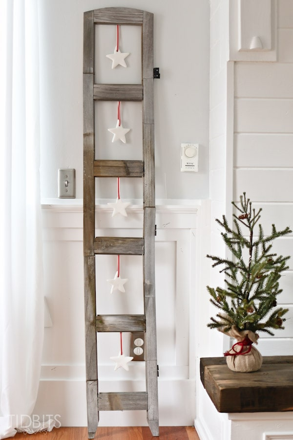 Rustic Ladder Winter Decor #winterdecor #homdecor #winter #decorhomeideas