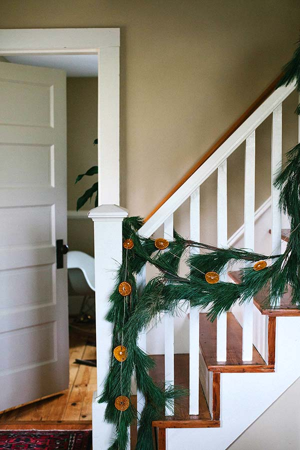 Staircase Winter Decor Dried Orange #winterdecor #homdecor #winter #decorhomeideas