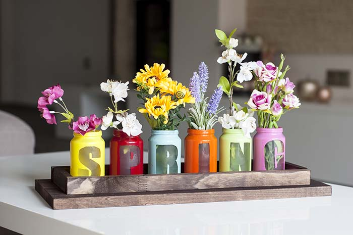 DIY Spring Centerpiece with jars and spray paint #diy #spring #centerpiece #decorhomeideas