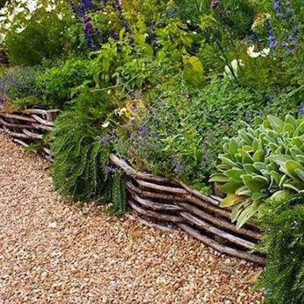 Woven Wattle Fence #garden #gardenbed #edging #decorhomeideas