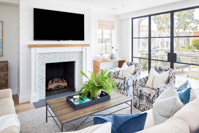 Living Room With Blue Accents #livingroom #bright #interiordesign #decorhomeideas
