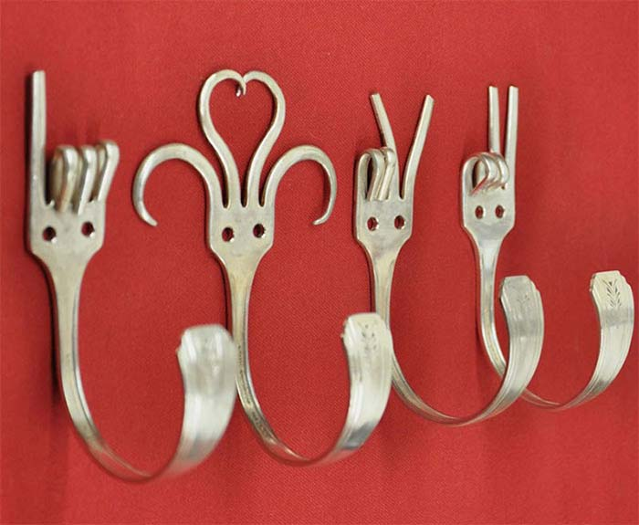 Turn Old Forks Into Hangers #repurpose #reuse #kitchen #utensil #decorhomeideas