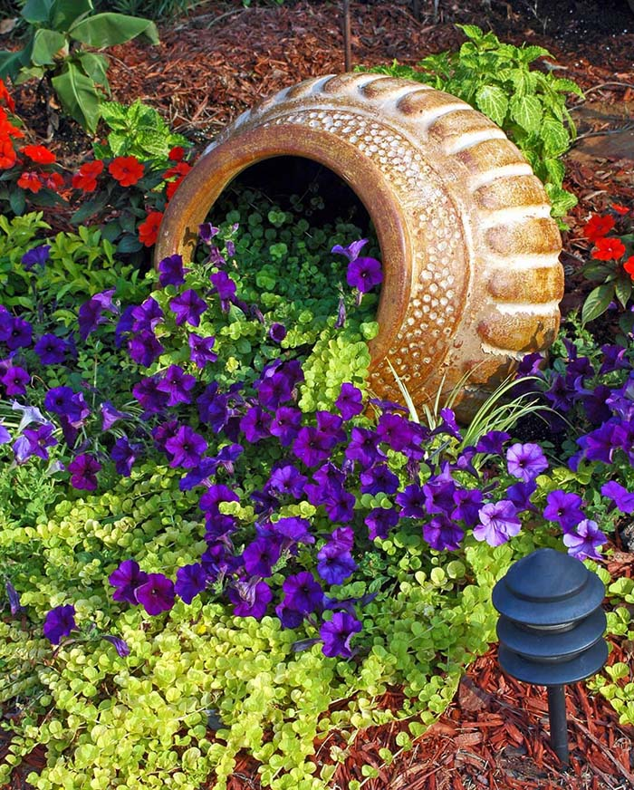 Petunies Spilled Flower Pot #garden #decorhomeideas