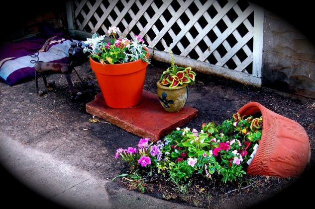 Small Spilled Flower Pots #garden #decorhomeideas