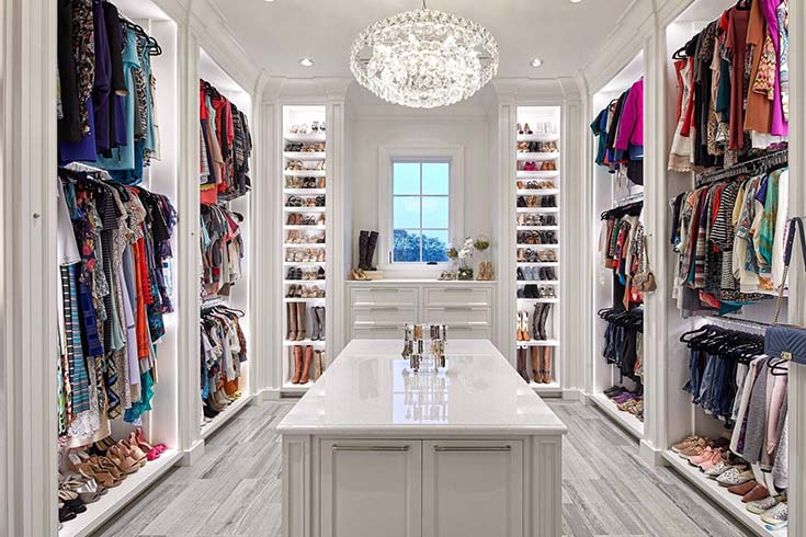 Luxury Walk In Closet In White #closet #storage #decorhomeideas