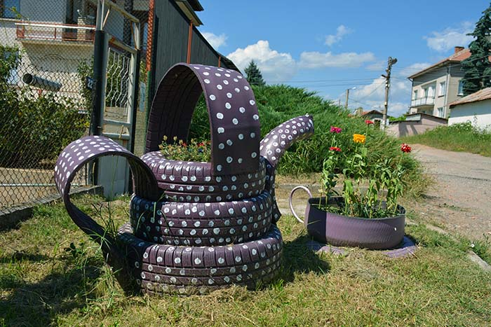 Tea Pot Old Tires Garden Decor #garden #oldtires #decorhomeideas
