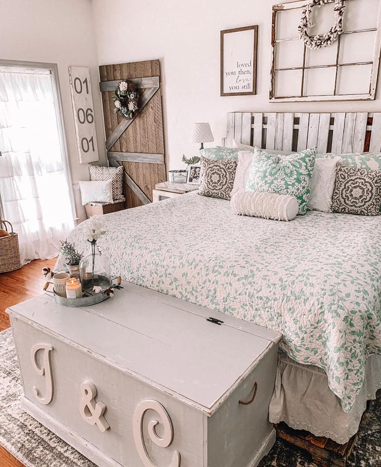 Farmhouse Renovation Bedroom. Rustic and antique themed bedroom in pastel colors #farmhouse #makeover #decorhomeideas