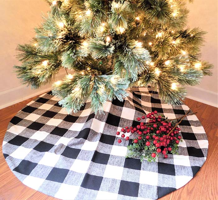 Black and White Buffalo Check Christmas Tree Skirt #Christmas #buffalocheck #diy #decorhomeideas