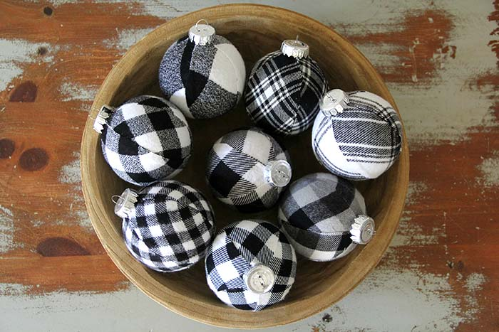 Black and White Buffalo Plaid Christmas Ornaments #Christmas #buffalocheck #diy #decorhomeideas