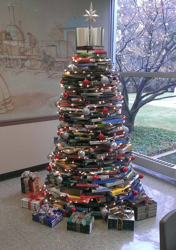 Christmas Tree Made Out Of Books #Christmas #trees #decorhomeideas