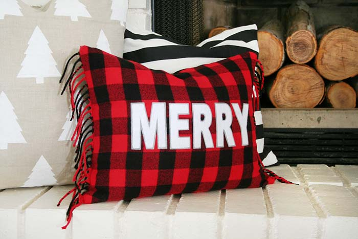 Buffalo Check Christmas Pillow #Christmas #buffalocheck #diy #decorhomeideas