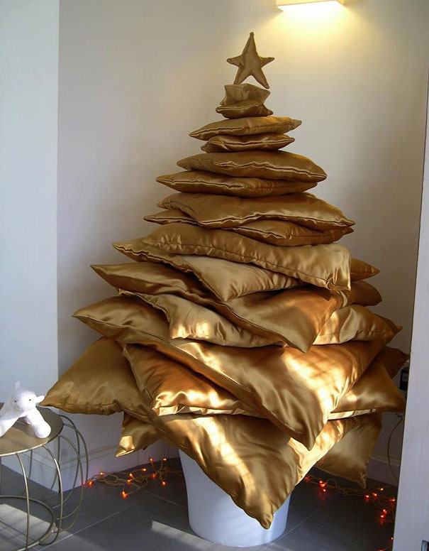Christmas Tree From Pillows #Christmas #trees #decorhomeideas